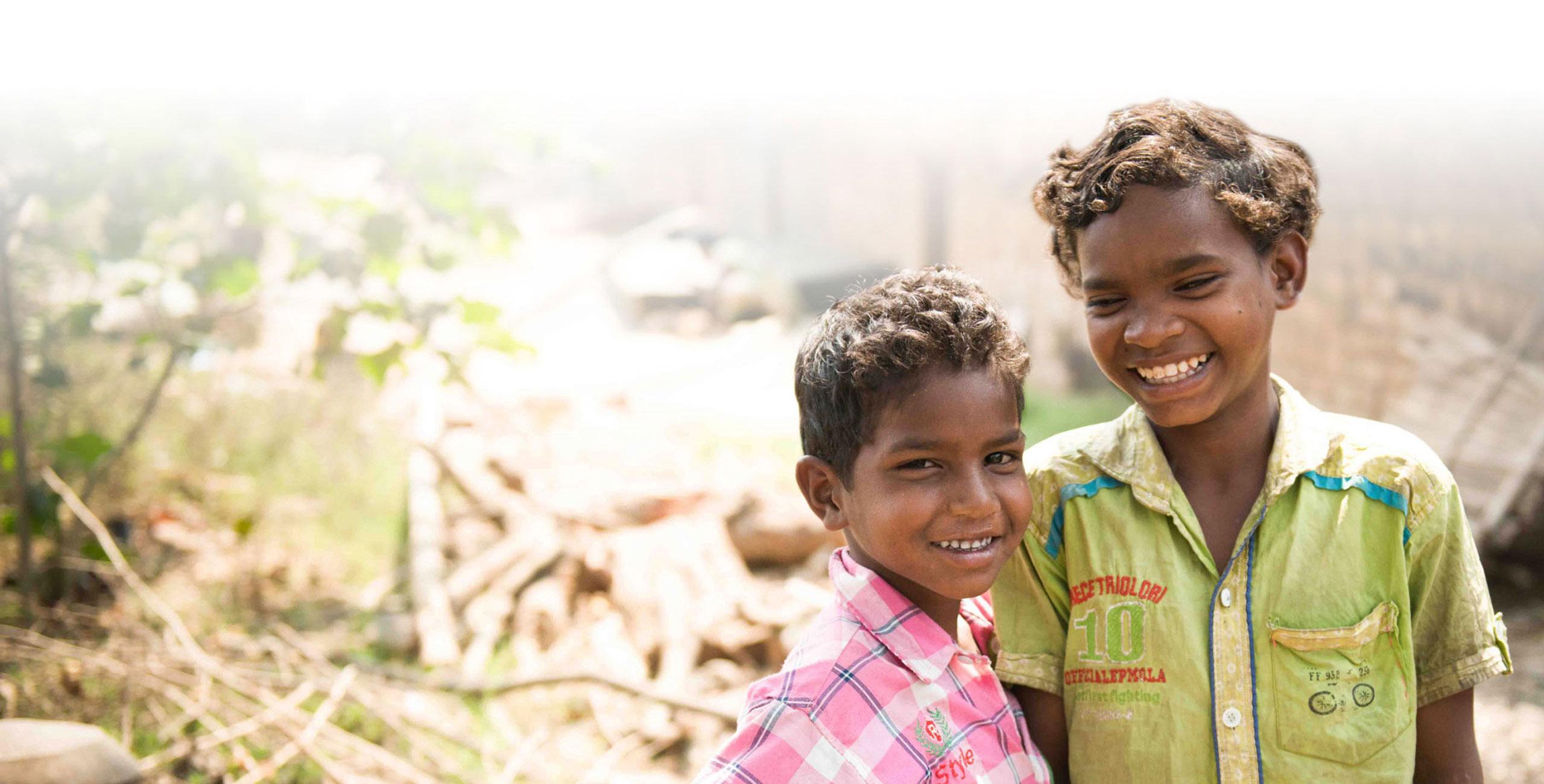 Deux garçons indiens qui sourient